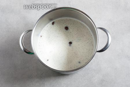 Подвергнутые предварительной термической обработке и очищенные каштаны заливаем молоком, распотрашиваем стручок ванили или всыпаем ванильный сахар — и варим всё это дело 30 минут с момента закипания на слабом огне.