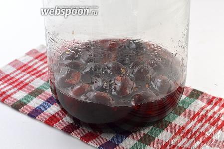 За это время слива пустит сок и сахар частично растворится.