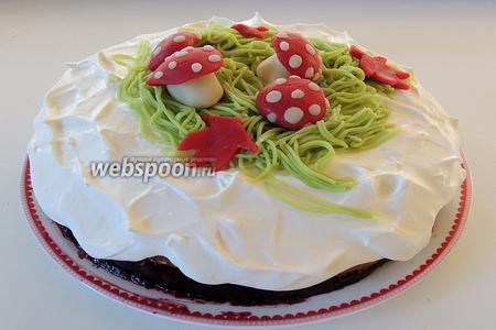 Сверху на сливочную шапочку выкладываем марципановые грибочки с травкой. Можно звать на десерт!