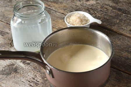 В кастрюле соединить сливки и сахар (60 г).