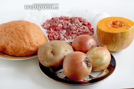 Для приготовления пирога возьмём томатное тесто, как в рецепте  постный картофельный пирог на томатном тесте , я немного увеличила количество муки и сока. Кстати, томатный сок можно приготовить самостоятельно из воды и томатной пасты, смешав 1 столовую ложку пасты с 180 мл воды. Также возьмём свежую тыкву, небольшой картофель, лук, и смешанный говяже-бараний фарш (домашний). Мясо для фарша обязательно должно быть с жиром, тогда и начинка получится сочной.