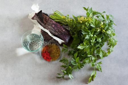 Вторая группа ингредиентов — зелень петрушки (2 столовые ложки резанной), 2 столовые ложки хмели-сунели (некоторые рекомендуют ещё уцхо-сунели), 0,5 чайной ложки красного перца, щепотка корицы и щепотка имеретинского шафрана. Тётя моей подруги, живущая в Тбилиси, в будние дни использует имеретинский шафран (это сушёные части цветов бархатцев), а для особо праздничных случаев — шафран настоящий (сушёные тычинки Crocus sativus). Странный тёмный рулон в левой верхней части кадра — это  тклапи , его Похлёбкин рекомендует брать кусок 3 см шириной и 20 см длиной. Для размачивания  тклапи  потребуется то количество воды, которым реально залить этот рулончик, чтобы он там размокал. Поскольку  тклапи  — штука, доступная далеко не везде (сама промаялась пол года, но больно уж интересно было попробовать, как там оно по-настоящему), давайте поговорим о заменах. Прикол заключается в том, что  тклапи  — это уже замена. Замена свежим сливам ткемали, которые, естественно, имеются в распоряжении поваров не круглый год. Сливы ткемали (или алычи) в таком случае потребуется 10 штук, ткемалевого соуса (красного) — 2 столовых ложки, а гранатового сока — 100 мл. Варианты харчо с томатами у нас в базе тоже есть, их количество можете посмотреть в тех рецептах).