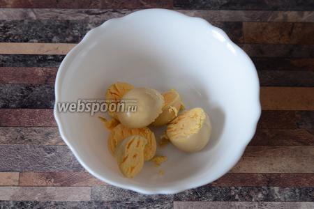 Желтки куриные кладём в глубокую тарелку.