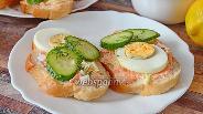 Фото рецепта Бутерброды с икрой мойвы, пекинской капустой и яйцами