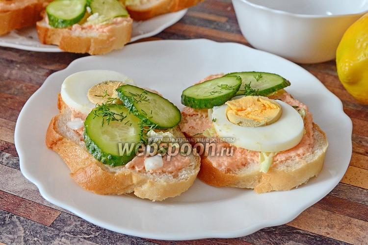 Фото Бутерброды с икрой мойвы, пекинской капустой и яйцами