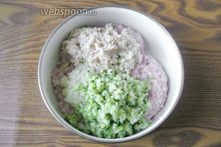 Пропускаем через мясорубку цукини и кладём в миску к остальным ингредиентам.