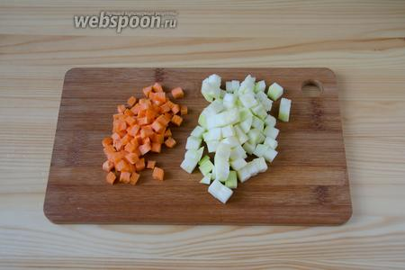 Морковь и кабачок очищаем от кожуры и режем мелкими кубиками.