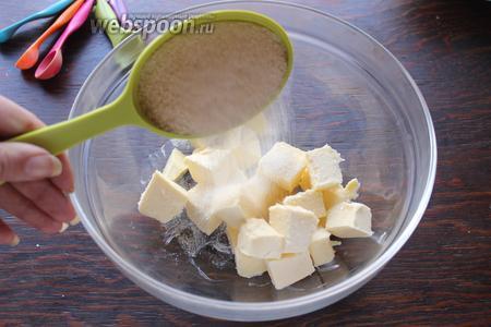 Масло взбить с 2 видами сахара и ванильным экстрактом (я брала 1/2 чашки белого и чашку коричневого, и было довольно сладко).