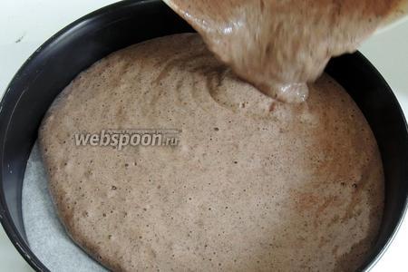 Сразу же переливаем тесто в форму, дно которой выстелено пекарской бумагой. В эту же минуту ставим в заранее разогретую диховку. Выпекаем при 180°С около 35 минут, проба на сухую лучину.