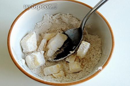 Для соуса раздавливаем вилкой масло, комнатной температуры, и перемешаем хорошенько с мукой.