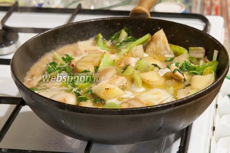 Добавим кипящей воды или любого подходящего бульона (овощного, куриного).