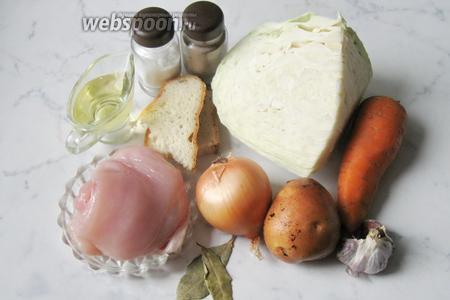 Для приготовления тефтелей с овощным рагу потребуется куриное филе, лук репчатый, чеснок, белый батон, капуста белокочанная, морковь, картофель, подсолнечное масло, лавровый лист, соль и перец чёрный молотый.