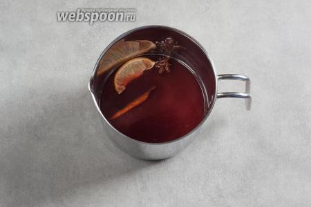Соединяем чай с вином в равных долях, вливаем апельсиновый сок (можно закинуть шайбочек нарезанного апельсина), добавляем дольку лимона с цедрой, корицу и бадьян. Большой горшок для пунша уже можно ставить на горелку. Поскольку у меня подача будет в маленьких ёмкостях, я пока подогреваю пунш на плите, на слабом огне, либо пока не запарит, либо до ощущения «палец едва терпит». Закипания быть де должно.