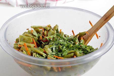 Добавить рубленую кинзу. Хорошо перемешать и проверить салат на соль, кислоту и сладость, добавить, чего не хватает. Дать настояться несколько часов в холодильнике.