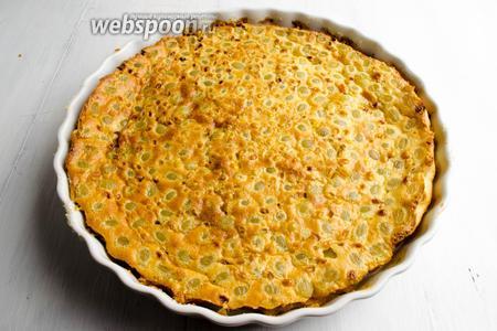 Когда клафути станет румяным, вынуть форму из духовки. Остудить. Посыпать сахарной пудрой. Подать на десерт.