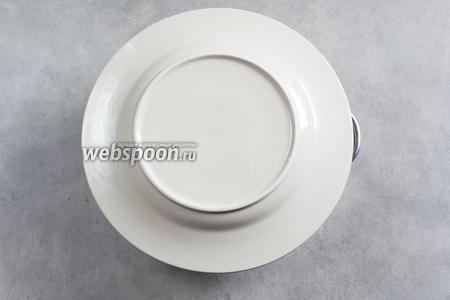Закрываем кастрюлю с шашлыком крышкой (в моём случае это тарелка, в которой будет производиться сервировка). Даём мясу отдохнуть 5 минут.