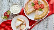 Фото рецепта Шарлотка с яблоками и сметанным соусом