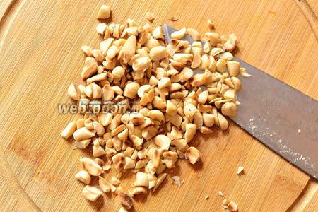 Орехи слегка поджарить на сухой сковороде и немного покрошить ножом.