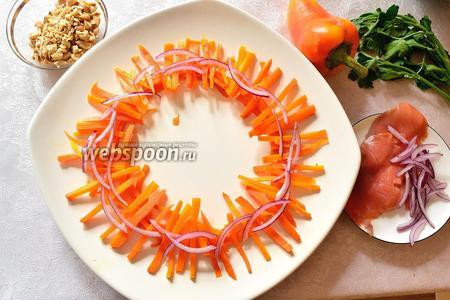 Приступим к сборке кострища!)) На плоское блюдо выложить кругом (кольцом) морковную соломку. Затем — красный лук. Все наши овощные соломки эмитируют ветки и хворост в костре. Поэтому стараемся выложить художественно, чтобы достичь сходства.))