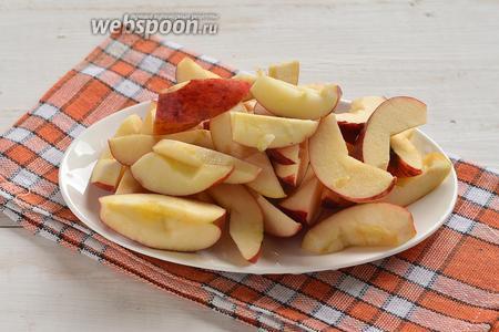 Яблоки помыть, удалить сердцевину, нарезать  каждое яблоко на 8 долек.