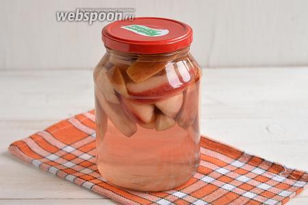 Слить воду. Добавить сахар. Довести до кипения и проварить 2 минуты. Залить сироп в банку. Закатать крышкой. Укутать одеялом и оставить до полного охлаждения. Компот из яблок без стерилизации готов.