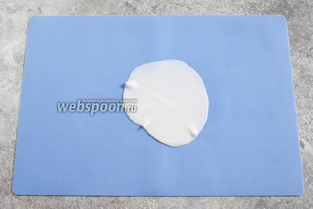Поштучно раскатываем шарики из мастики в блинчики из мастики (я делаю между 2 листами силикона).