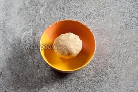 Массу для кейк-попсов следует месить до консистенции пластилина.