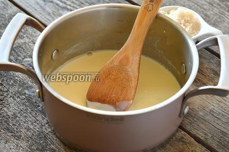 Нагреть сливки с желатином, постоянно мешая, до растворения (до кипения не доводить). В конце добавить сахар и перемешать до растворения.