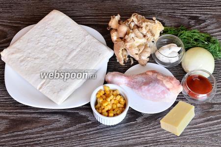 Для приготовления пиццы вам понадобится майонез, кетчуп, кукуруза, куриная голень, вёшенки, лук репчатый, укроп, тесто слоёное бездрожжевое и сыр.