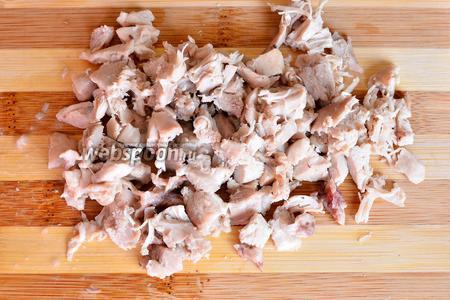 Подготавливаем необходимые продукты для пиццы. Куриную голень отвариваем, отделяем от кости, а затем нарезаем мелкими кусочками.