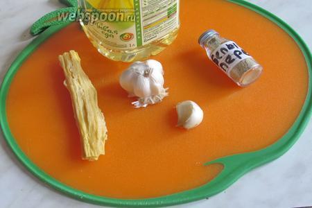 Нам понадобятся спаржа, растительное масло, чеснок, белый перец, соль, соевый соус.