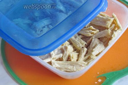 Отрегулировав специи, переложить спаржу в пластиковый контейнер и отправьте в холодильник на 1 сутки. Спаржа с чесноком готова! Чем дольше она маринуется, тем вкуснее. Приятного аппетита!