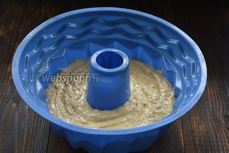 Выложить тесто в форму для кекса с отверстием посредине.