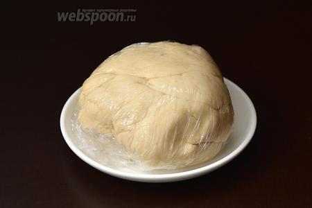 Завернуть тесто в пищевую плёнку и оставить на 30 минут.