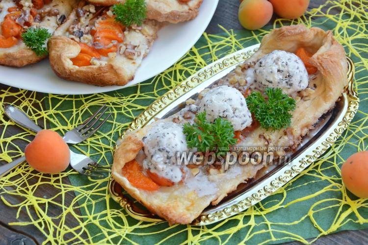 Фото Слойки с абрикосами, орешками и мороженым