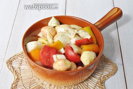 Выкладываем овощи в форму для запекания.