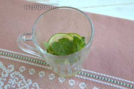Вводим листочки мяты и слегка приминаем массу ложкой или мадлером, чтобы содержимое стакана пустило сок.
