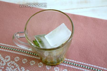На следующем этапе добавляем в чашу несколько кусочков льда.