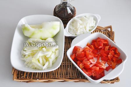 Овощи моем и чистим. патиссоны режем толстой соломкой, лук мелко крошим, перец и помидоры режем кубиками.