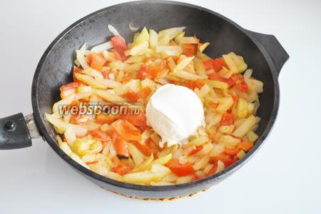 Добавляем перец и помидоры, и жарим ещё 2 минуты. Добавляем сливки и соль, перемешиваем.