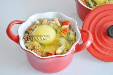Разложим овощную смесь по рамекинам и вольём яйца. Поставим в духовку на 10 минут при 190°С.