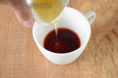 Вино соединить с мёдом, хорошо размешать.