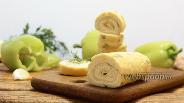 Фото рецепта Яичный рулет с плавленым сыром и чесноком