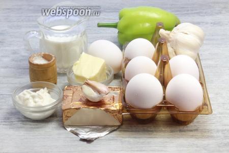 Берём все необходимы продукты: яйца, чеснок, сыр, молоко, масло, специи.