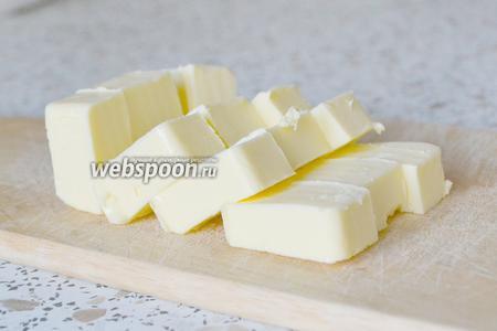 Сливочное масло нарезаем кубиками.