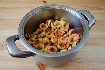 Складываем яблоки в кастрюлю и добавляем воду.