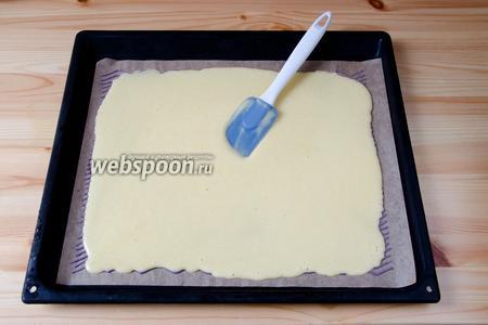 Достаём пергамент с рисунком и выливаем поверх него тесто. Аккуратно разравниваем тесто по всей поверхности, стараясь не повредить рисунок. Отправляем тесто в духовку, разогретую до 180°С на 7-8 минут. Чтобы рулет было легко сворачивать, важно не пересушить бисквит.