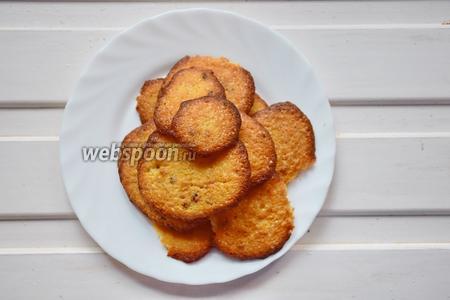 Выпекайте печенье в разогретой до 220°С духовке 6-8 минут до золотистой корочки.