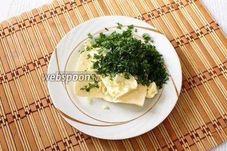 Мягкое сливочное масло порубить с измельчённым чесноком и мелко порезанной петрушкой.