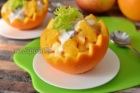 Салат в апельсине с яблоком и бананом